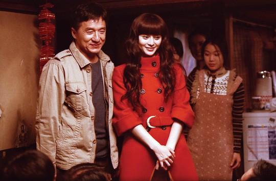 Quên cắt cảnh nóng của Thành Long trên phim, giám đốc đài truyền hình lập tức bị sa thải 1