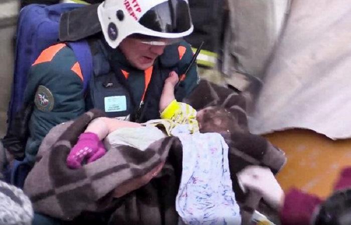 Bé 10 tháng tuổi sống sót thần kỳ sau 35 giờ bị chôn vùi dưới tòa nhà sập 1