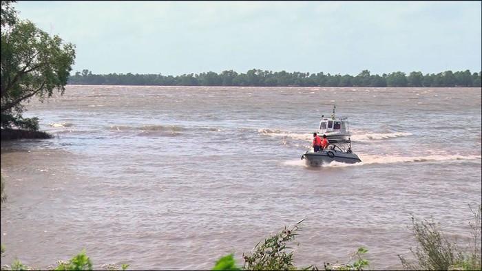 Sự cố nghiêm trọng: Chìm sà lan trên sông Tiền, 3 người mất tích 1