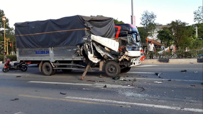 2 xe tải bị tông khi dừng đèn đỏ, ít nhất 6 người bị thương 1