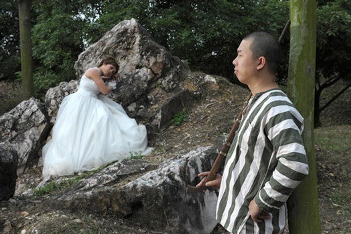 Cặp đôi mặc áo phạm nhân chụp ảnh để đời, không ngờ nhận lại cả rổ gạch đá 4