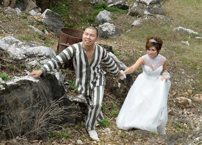 Cặp đôi mặc áo phạm nhân chụp ảnh để đời, không ngờ nhận lại cả rổ gạch đá 5