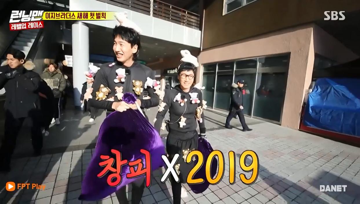 Running Man tập 433: Lee Kwang Soo gây bất ngờ khi phải mặc đồ con heo đi phát thú bông cho người trên đường 1