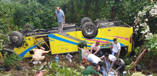 Xe khách chở hơn 20 người lao xuống đèo Hải Vân: 1 nữ sinh tử vong 1