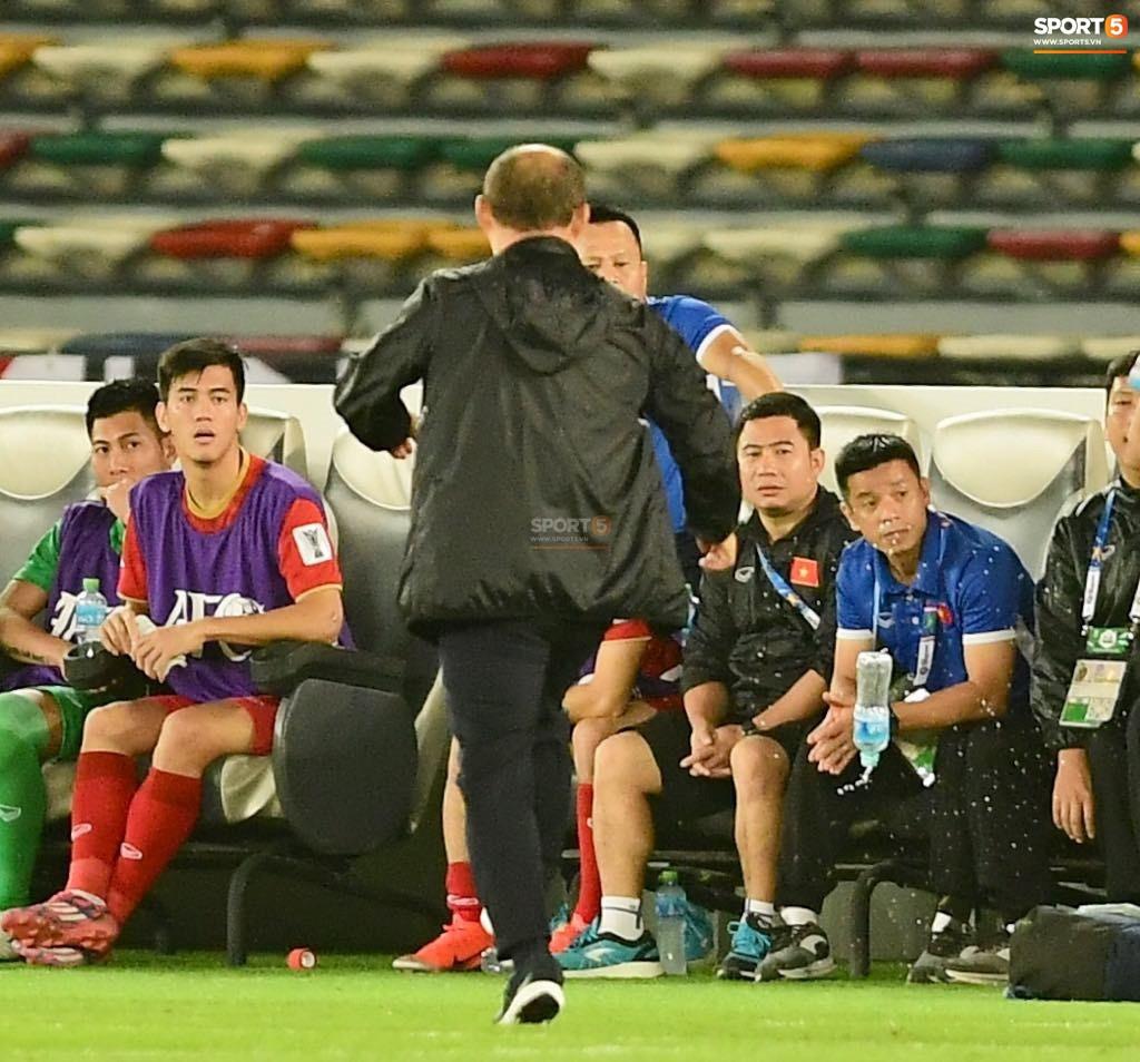 HLV Park Hang Seo giận giữ đá tung chai nước khi thua Iraq vào phút cuối 1