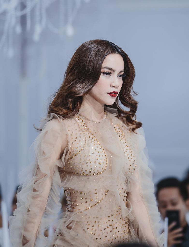 Hình ảnh Hồ Ngọc Hà bị chê phản cảm khi diện váy xuyên thấu lộ nội y quá bạo trong show của Lý Quí Khánh số 2
