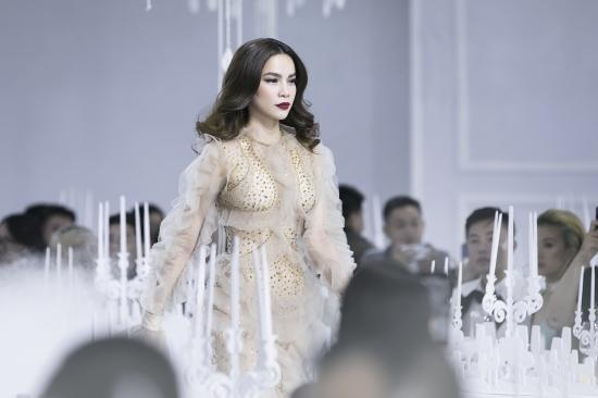Hình ảnh Hồ Ngọc Hà bị chê phản cảm khi diện váy xuyên thấu lộ nội y quá bạo trong show của Lý Quí Khánh số 4