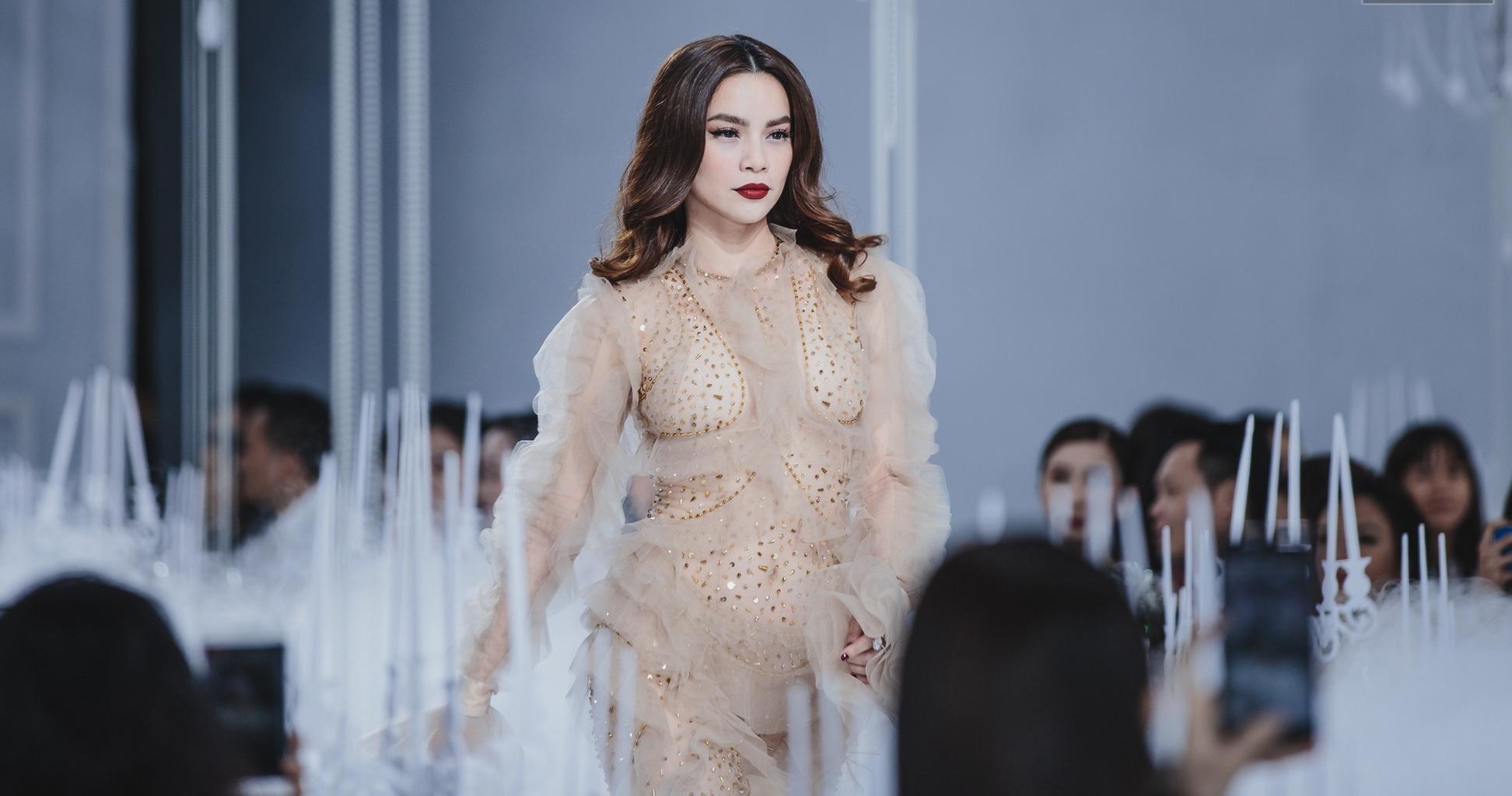 Hình ảnh Hồ Ngọc Hà bị chê phản cảm khi diện váy xuyên thấu lộ nội y quá bạo trong show của Lý Quí Khánh số 1