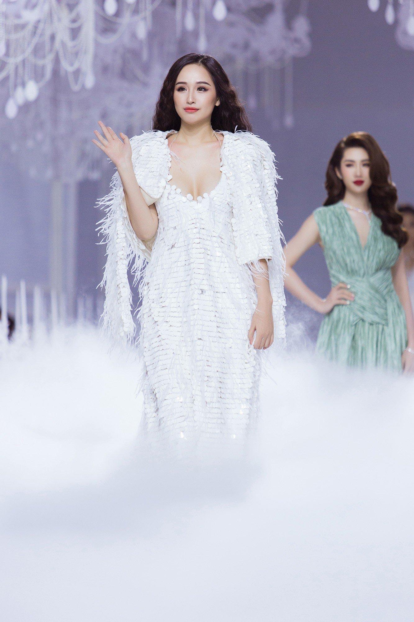 Hình ảnh Hồ Ngọc Hà bị chê phản cảm khi diện váy xuyên thấu lộ nội y quá bạo trong show của Lý Quí Khánh số 7