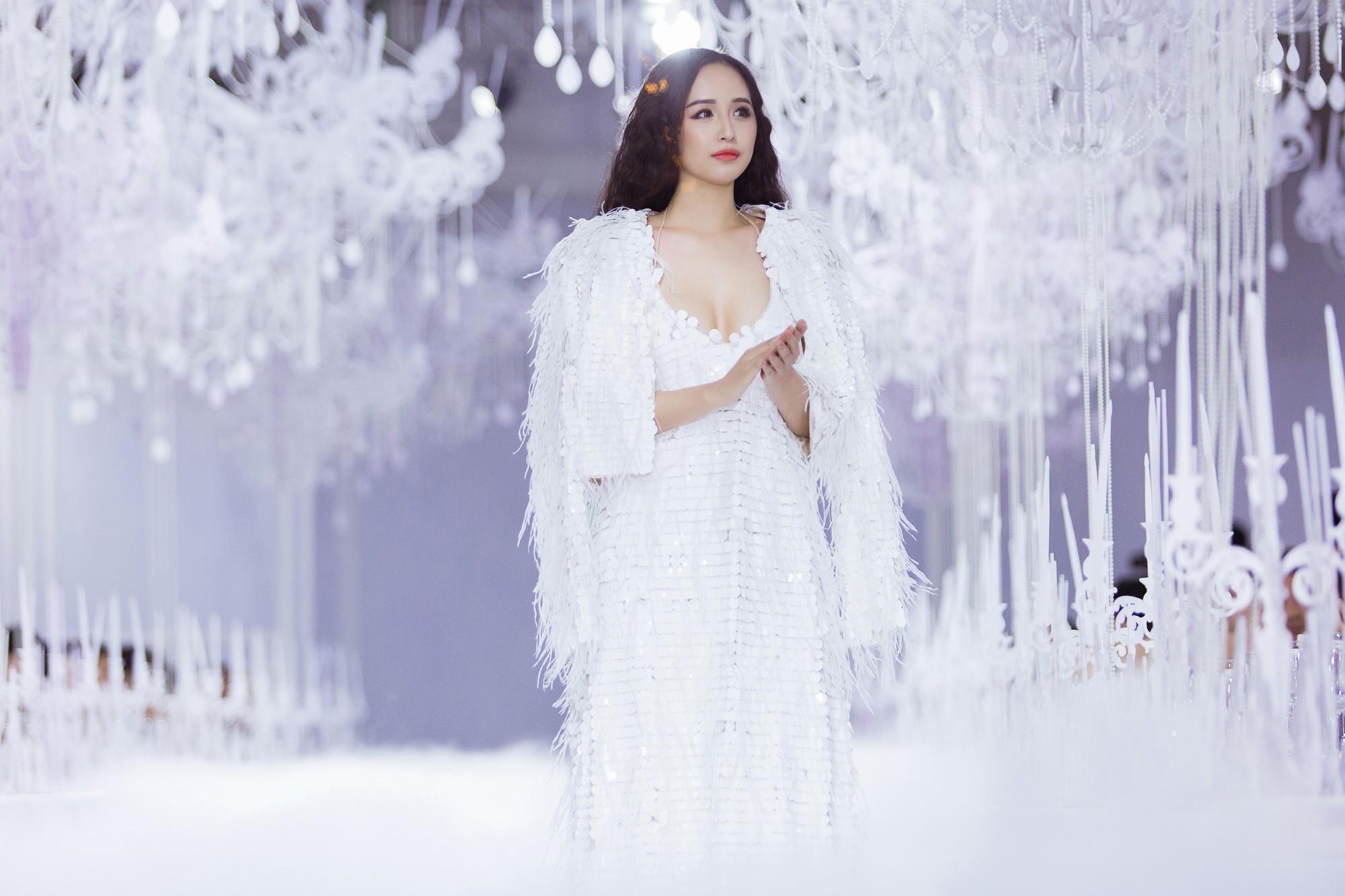 Hình ảnh Hồ Ngọc Hà bị chê phản cảm khi diện váy xuyên thấu lộ nội y quá bạo trong show của Lý Quí Khánh số 8
