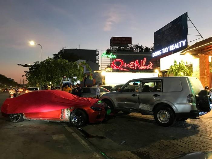 TP.HCM: BMW lao qua giải phân cách tông loạt ô tô và xe máy  1