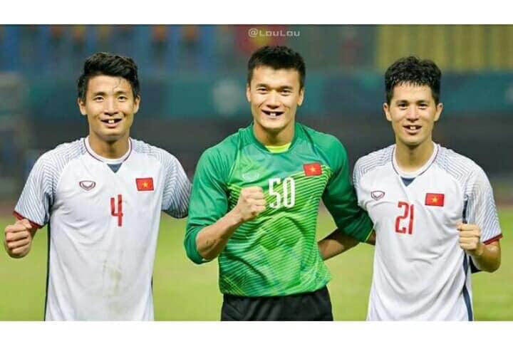 Hình ảnh Fans hí hửng chế ảnh các cầu thủ tuyển Việt Nam, NHM cười ngất số 9