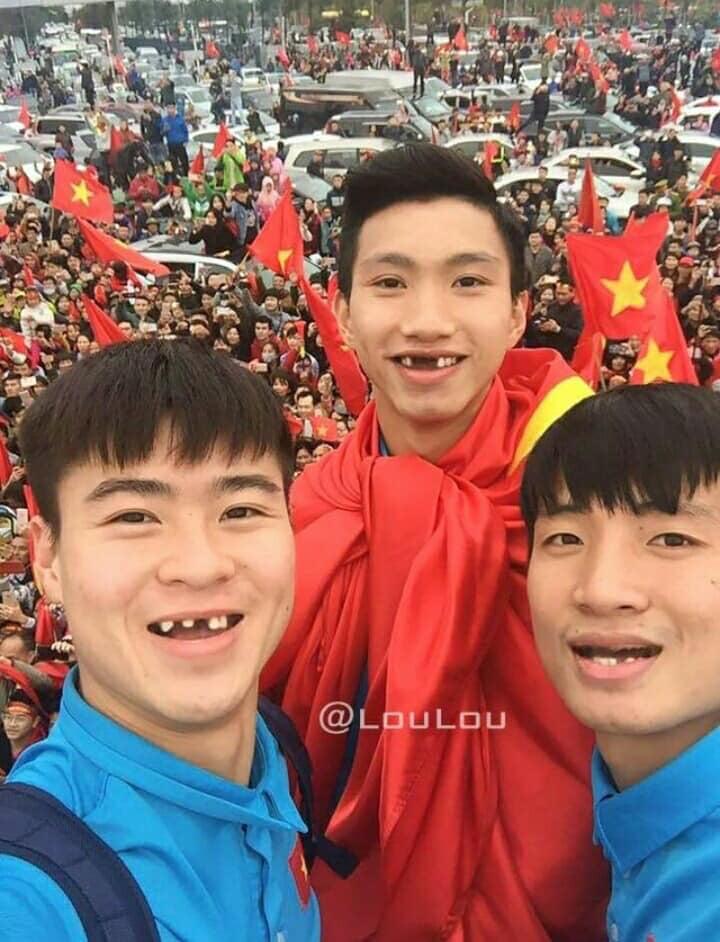 Hình ảnh Fans hí hửng chế ảnh các cầu thủ tuyển Việt Nam, NHM cười ngất số 2