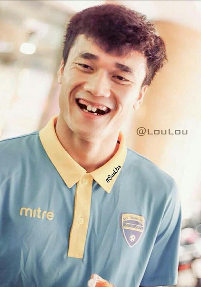 Hình ảnh Fans hí hửng chế ảnh các cầu thủ tuyển Việt Nam, NHM cười ngất số 4