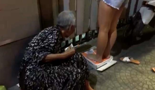 Hình ảnh Rớt nước mắt câu chuyện cụ bà 95 tuổi mưu sinh bằng chiếc cân, nhất quyết không nhận tiền cho số 2