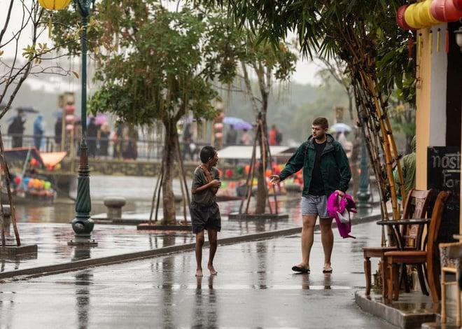 Hình ảnh Hành động bão like của chàng trai ngoại quốc với người đàn ông Việt giữa trời lạnh số 2