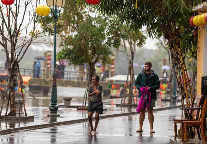 Hình ảnh Hành động bão like của chàng trai ngoại quốc với người đàn ông Việt giữa trời lạnh số 1