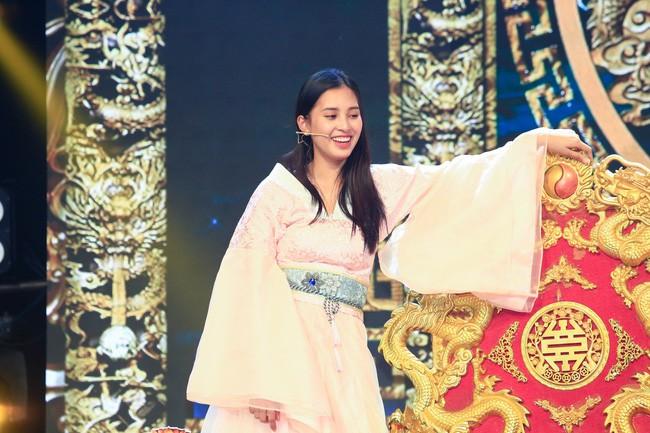 Hình ảnh Hoa hậu Tiểu Vy ngượng chín mặt vì sự cố trên sân khấu số 2