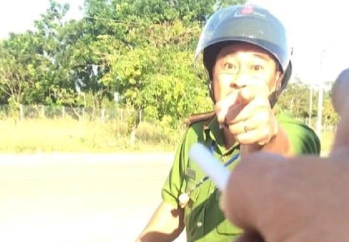 Thiếu tá công an văng tục chửi bới tài xế bị đình chỉ công tác 1