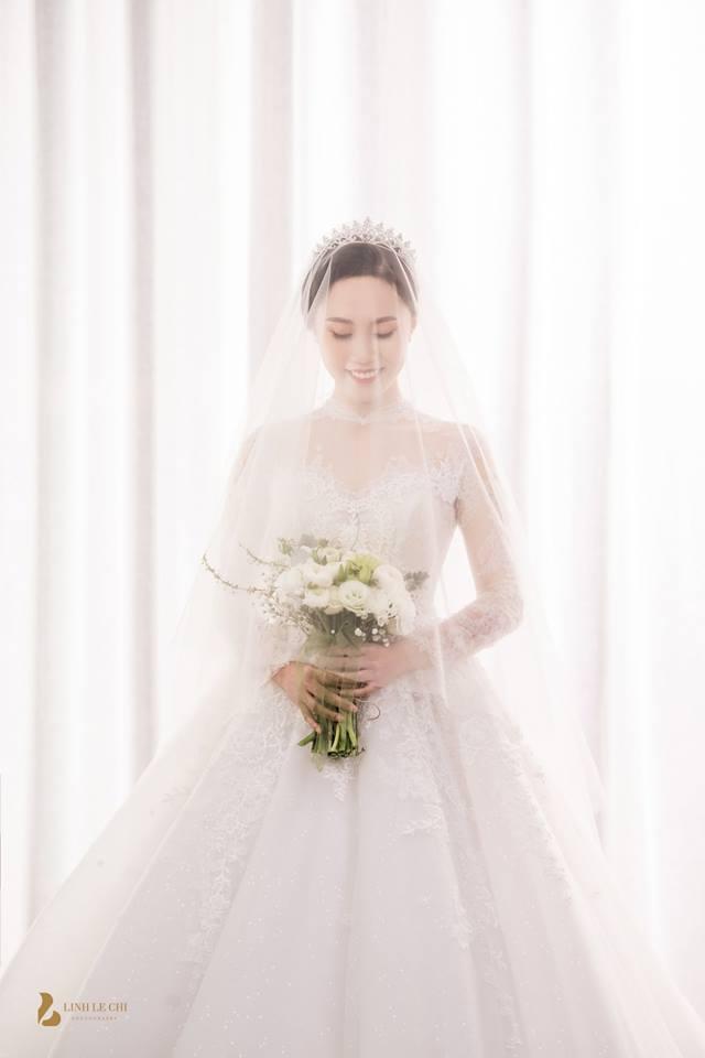 Hình ảnh NSND Trung Hiếu mua quà khủng tặng vợ kém 19 tuổi trước ngày cưới số 1