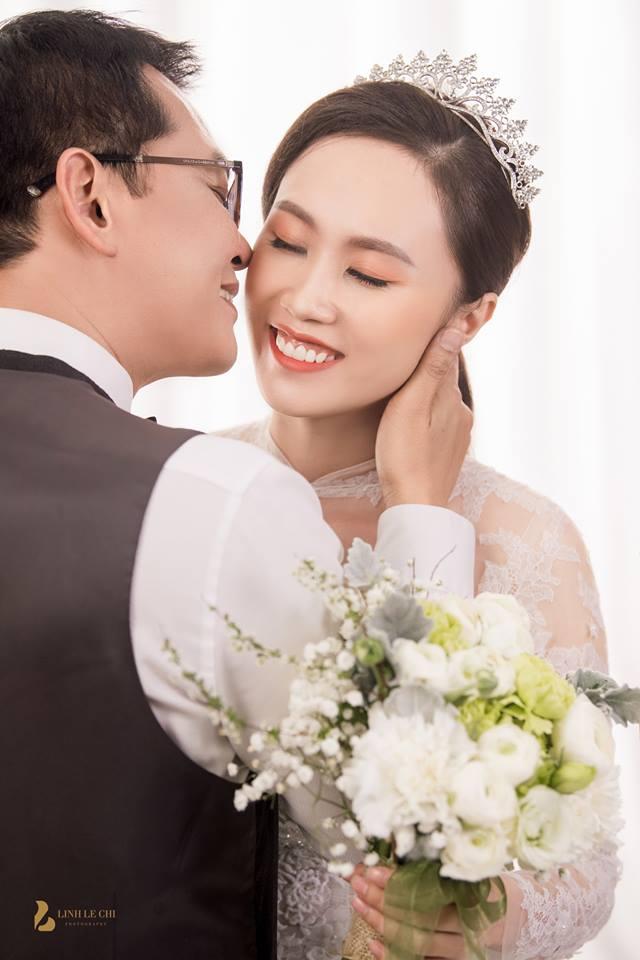 Hình ảnh NSND Trung Hiếu mua quà khủng tặng vợ kém 19 tuổi trước ngày cưới số 2