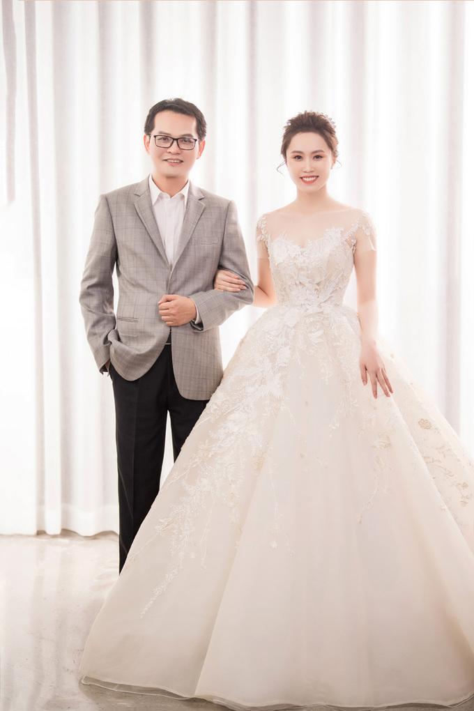 Hình ảnh NSND Trung Hiếu mua quà khủng tặng vợ kém 19 tuổi trước ngày cưới số 6