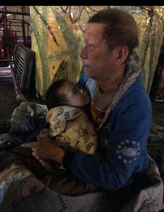 Sự thật phía sau hình ảnh ông ngoại ôm cháu trai 3 tuổi đi lang thang gây bão MXH 1