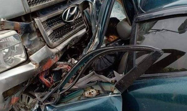 Tai nạn giao thông mới nhất ngày 17/1: Xe đầu kéo tông ô tô tưới cây, 2 công nhân bị thương nặng 2