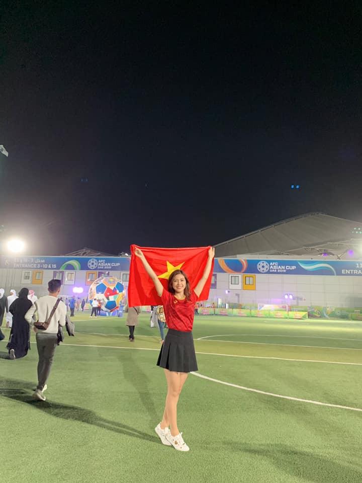 Hình ảnh MC mặc bikini bình luận bóng đá xuất hiện trên khán đài trận Việt Nam -Yemen số 1