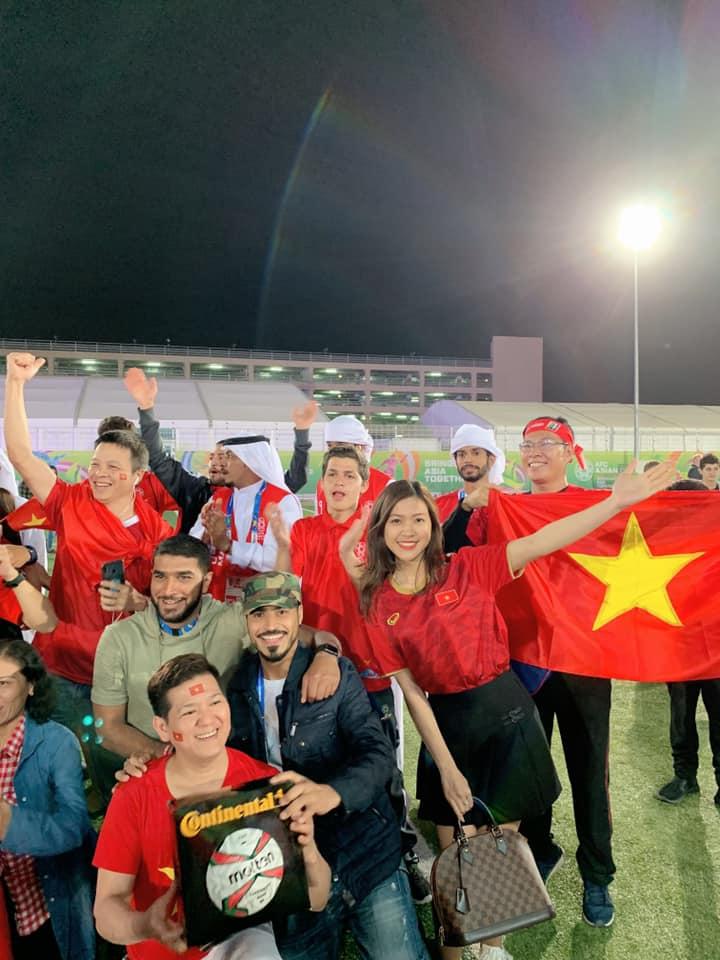 Hình ảnh MC mặc bikini bình luận bóng đá xuất hiện trên khán đài trận Việt Nam -Yemen số 2