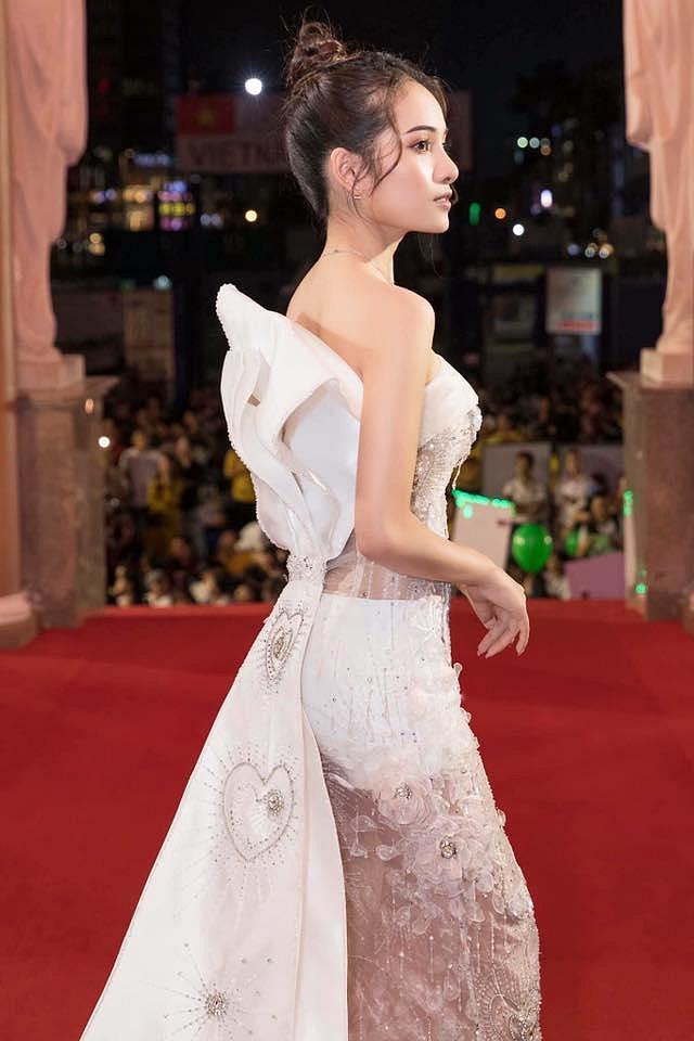 Diện váy xuyên thấu phản cảm, bạn gái Dương Khắc Linh bị chê tơi bời tại giải Mai Vàng 2