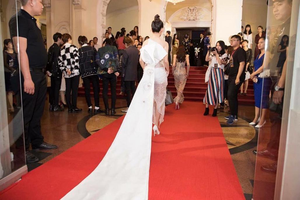 Diện váy xuyên thấu phản cảm, bạn gái Dương Khắc Linh bị chê tơi bời tại giải Mai Vàng 3