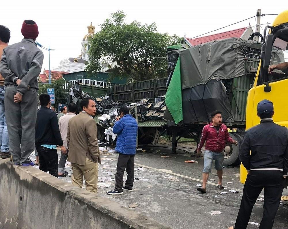 Tai nạn giao thông mới nhất ngày 17/1: Xe đầu kéo tông ô tô tưới cây, 2 công nhân bị thương nặng 3