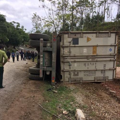 Tai nạn giao thông mới nhất ngày 17/1: Xe đầu kéo tông ô tô tưới cây, 2 công nhân bị thương nặng 4