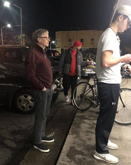 Tỷ phú Bill Gates xếp hàng mua đồ ăn nhanh giá rẻ vài USD 1