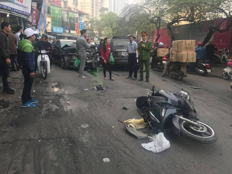Hình ảnh Hà Nội: Ô tô điên gây tai nạn liên hoàn trên phố Ngọc Khánh, 1 cụ bà chết tại chỗ số 1
