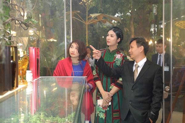 """Hình ảnh Dàn sao Việt rạng rỡ hội tụ ở triển lãm """"Bảo vật Quốc Gia"""" tại Hà Nội số 4"""