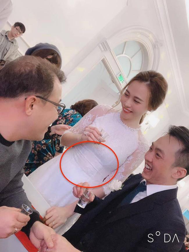 Hình ảnh Hot: Đàm Thu Trang lộ vòng 2 to bất thường tại lễ ăn hỏi với Cường đô la số 2