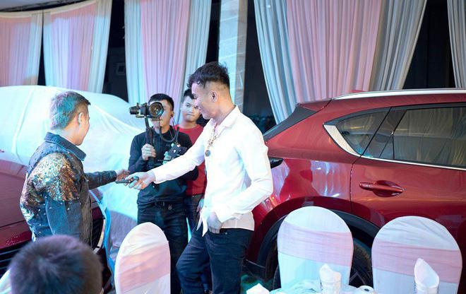 MXH xôn xao trước clip đại gia tặng 3 ô tô, 8 SH cho vợ và 10 đàn em làm quà Tết 3