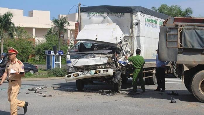 """Tai nạn giao thông mới nhất ngày 25/1: Xe Vios """"tắm"""" vuông tôm, 4 người may mắn thoát chết 3"""