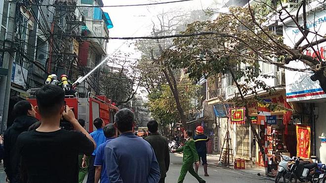 Cháy nhà 3 tầng trên phố cổ Hà Nội ngày cúng ông Công, ông Táo 1