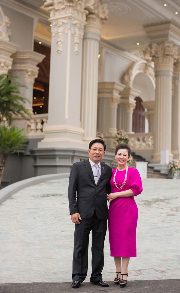 Chân dung vợ chồng đại gia Nam Định trao của hồi môn 200 cây vàng cho con 3