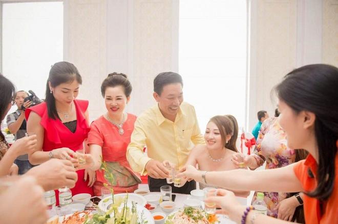 Chân dung vợ chồng đại gia Nam Định trao của hồi môn 200 cây vàng cho con 6