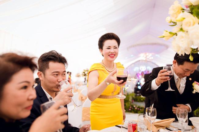 Chân dung vợ chồng đại gia Nam Định trao của hồi môn 200 cây vàng cho con 8