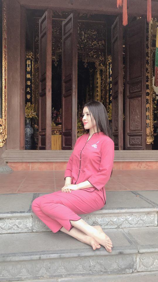 Thư Dung đăng ảnh đi chùa, dân mạng bình luận: