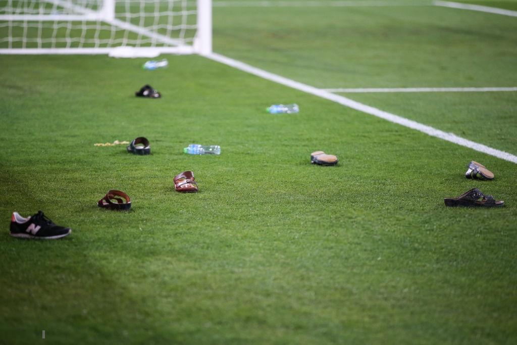 Thua đau đớn, CĐV UAE ném chai nước vào cầu thủ Qatar 1