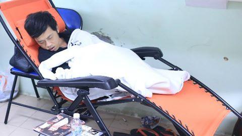 Hoài Linh mệt mỏi ngủ thiếp trên ghế trong hậu trường 4
