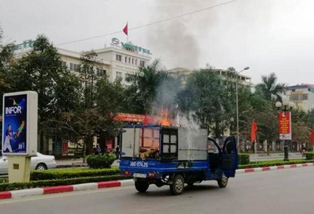 Vừa chạy xe vừa nấu bánh chưng, ô tô tải bốc cháy trên đường 1