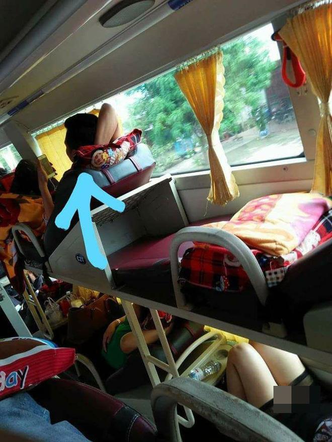 Những hình ảnh hớ hênh của các chị em trên các chuyến xe về quê ăn Tết khiến hành khách nhức mắt 3