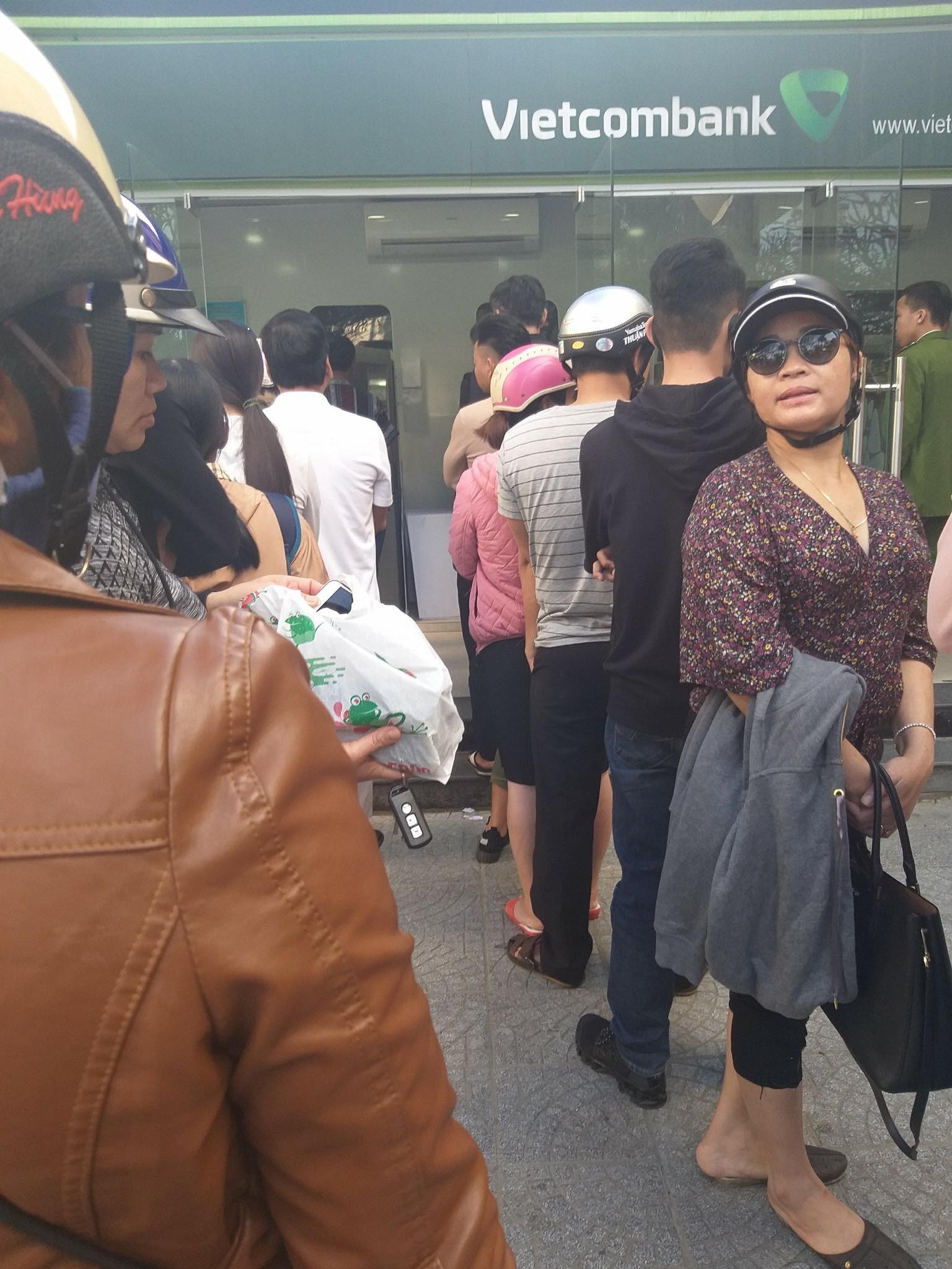 Khổ như đi rút tiền ngày Tết: Chạy xe vài km tìm cây ATM, mang theo cả ghế nhựa ngồi xếp hàng chờ đến lượt 5